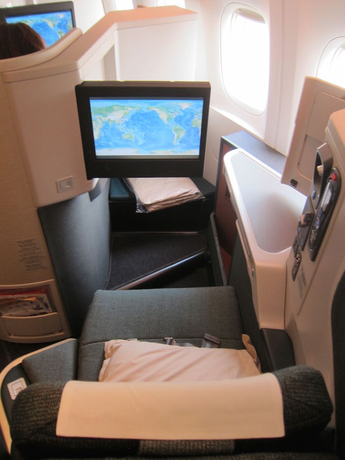 This also has a pull-out table for meals or if you want to work on your laptop. Photo credit: onemileatatime.boardingarea.com, linked